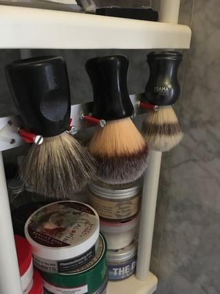 Photos de votre armoire spéciale rasage (ou de la partie réservée au rasage) - Page 27 20180433