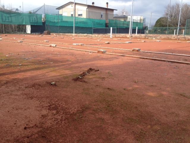 Preparazione campi in terra rossa Img_2610