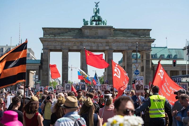 9 мая в Берлине, вчера - Бессмертный полк у Бранденбургских ворот. Eeaz-e10