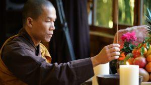 Le Bouddha a-il vraiment besoin qu'on lui offre de l'encens ? Dsc09810