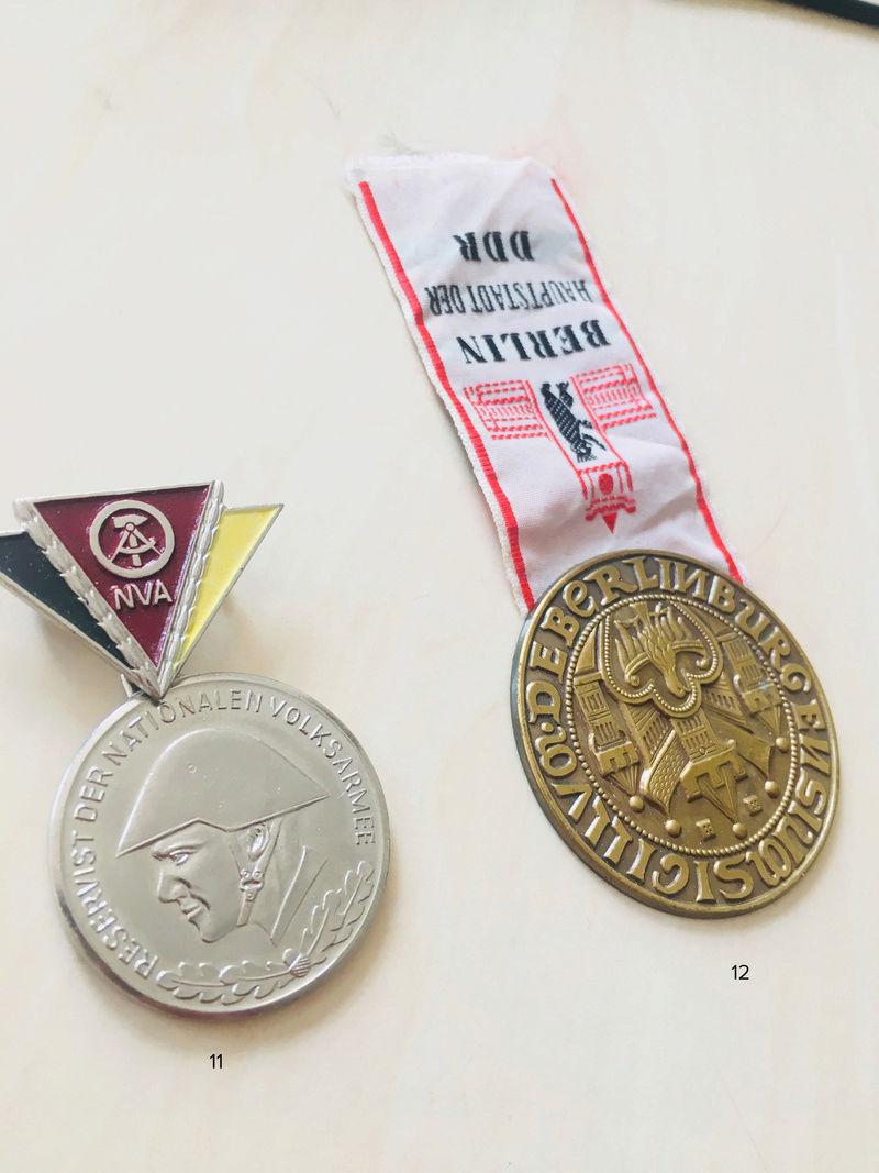 Estimation approximative lot médaille, insigne, décorations, pin's 610