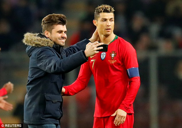 Cristiano Ronaldo kissed by excited pitch invader 4a948410