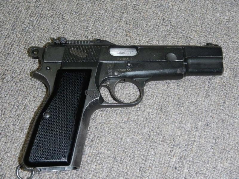 Pistolet  Browning GP No1 MK I* de fabrication canadienne et la crosse en bois Dscn2510