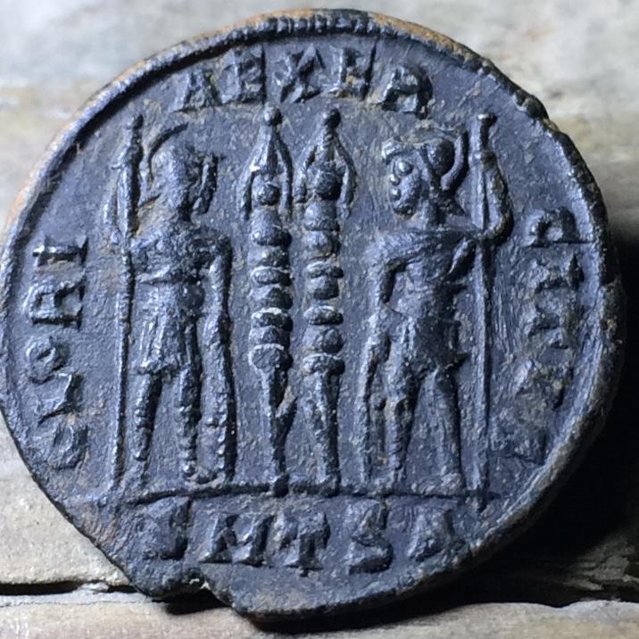 AE3 de Constantino I. GLORIA EXERCITVS. Tesalónica Img_1459