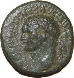 AE22 provincial de Domiciano. Minerva coronando trofeo. Caesarea Marítima. 42810