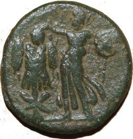 AE22 provincial de Domiciano. Minerva coronando trofeo. Caesarea Marítima. 428a10