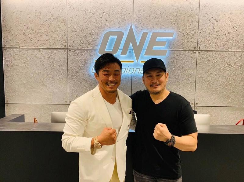 Yoshihiro Akiyama firma por One Championship. 04bd4810