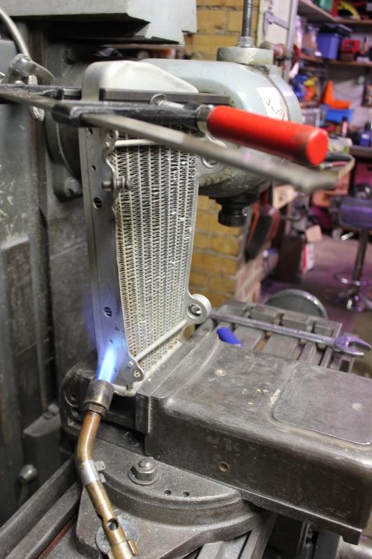 Redressage d'un radiateur vrillé. Ph02_i41