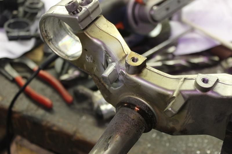 Réparation de butées de direction sur un té de fourche. Ph05_i47