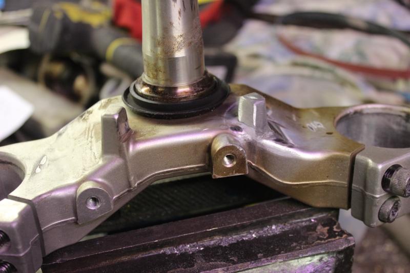 Réparation de butées de direction sur un té de fourche. Ph06_i46