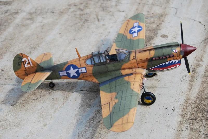 Curtiss P-40 Warhawk (l'échelle à peu pres de 1/25)  Dsc_0313