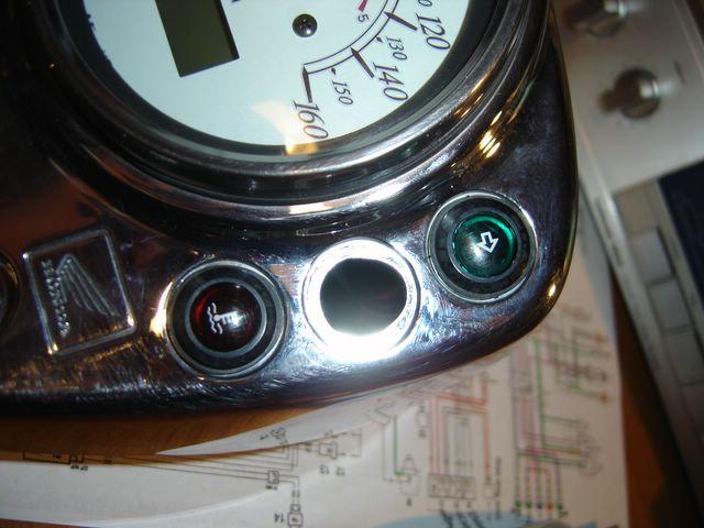 Changer ampoules de voyants tableau bord Honda Shadow Dsc03810