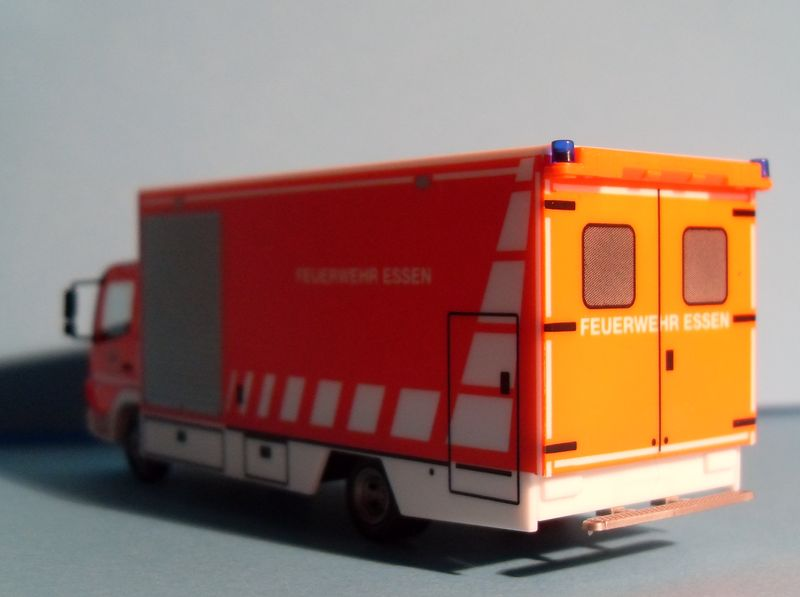 John - Meine BLAULICHTSAMMLUNG / Mercedes-Benz Atego 04 Koffer-LKW M 1:87 Merced12