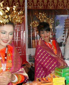 'n dagje op de 1e Pasar Malam Indonesia in Den Haag, 01-04-2010 Sdc14024
