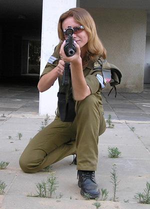 Femmes militaires - Page 2 Tir10