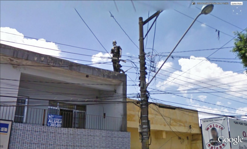 STREET VIEW : Homme armé sur un toit Sao Paulo, Brésil Flic10