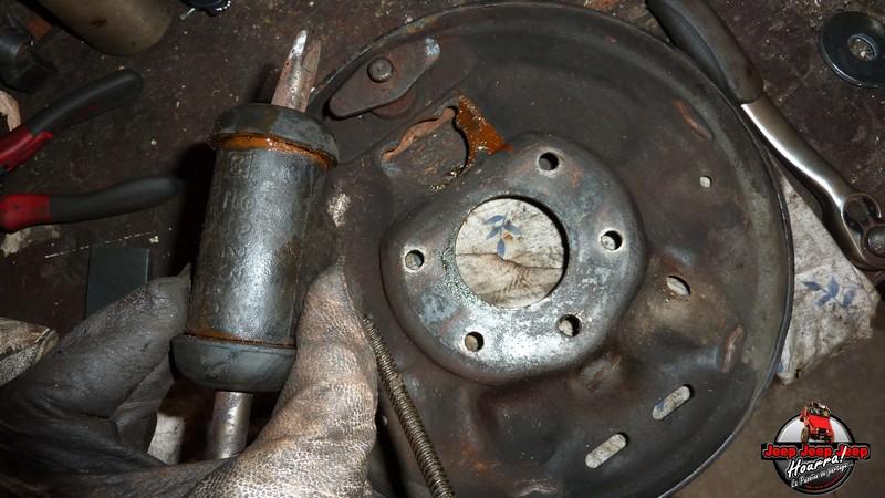 Maité tombe les tambours (dépose tambours CJ7 AMC 20 1982) P1040633