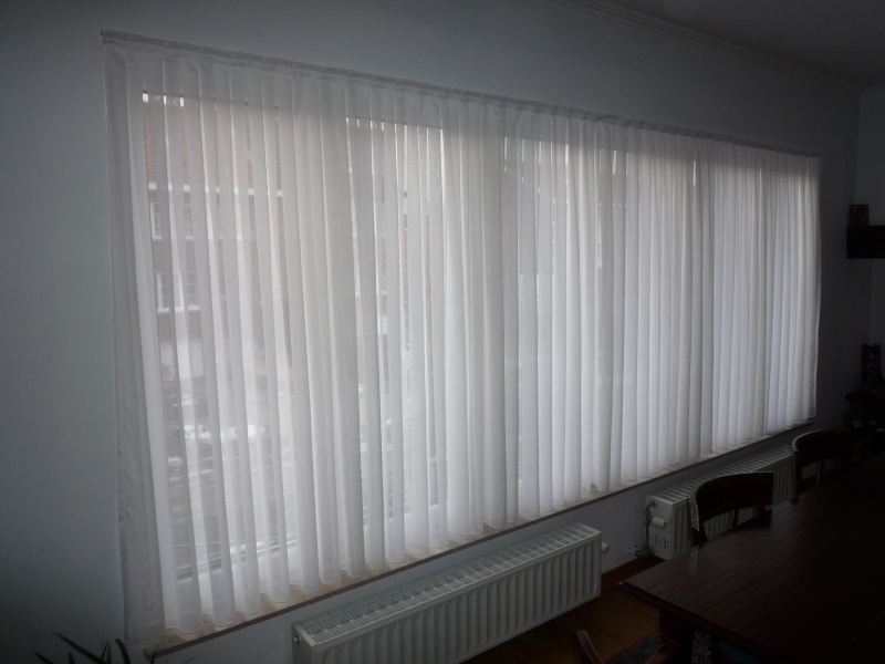 Placer des rideaux au-dessus de large fenêtre Photo113