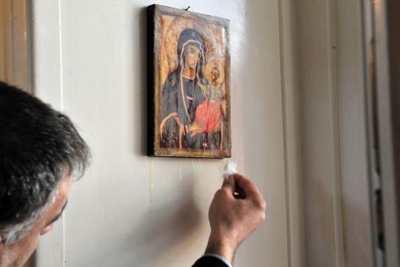 Une vierge qui pleure de l'huile d'olive attire les foules à Garges-les-Gonesses 575x3810