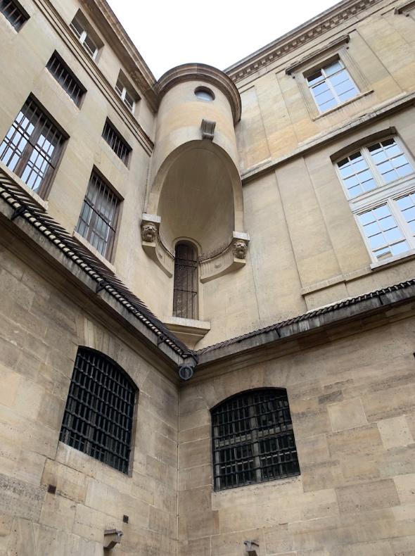 La cellule de Marie-Antoinette à la Conciergerie   - Page 6 Captu401