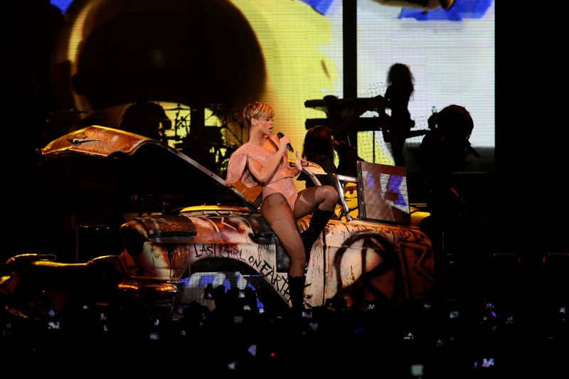 """Last girl on earth tour"" paris bercy 28/04/2010 Rihann58"