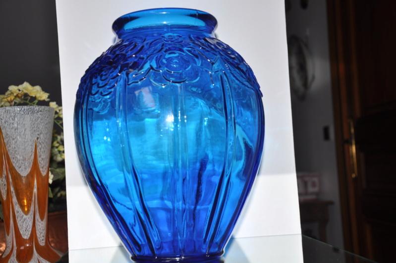 Gros vase verre noir pressé moulé Art Déco (?) côtelé, fleurs satinées Dsc_0315