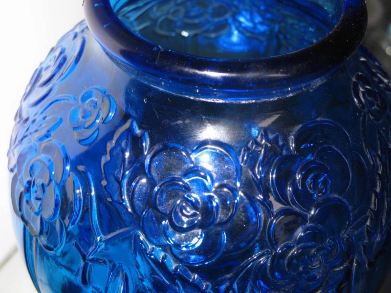 Gros vase verre noir pressé moulé Art Déco (?) côtelé, fleurs satinées Img_1043