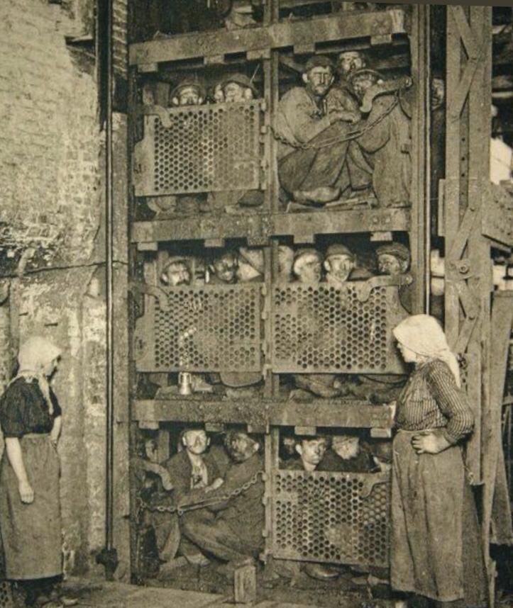 """Résultat de recherche d'images pour """"mineurs de fond s'apprêtant à descendre dans la mine en 1900"""""""