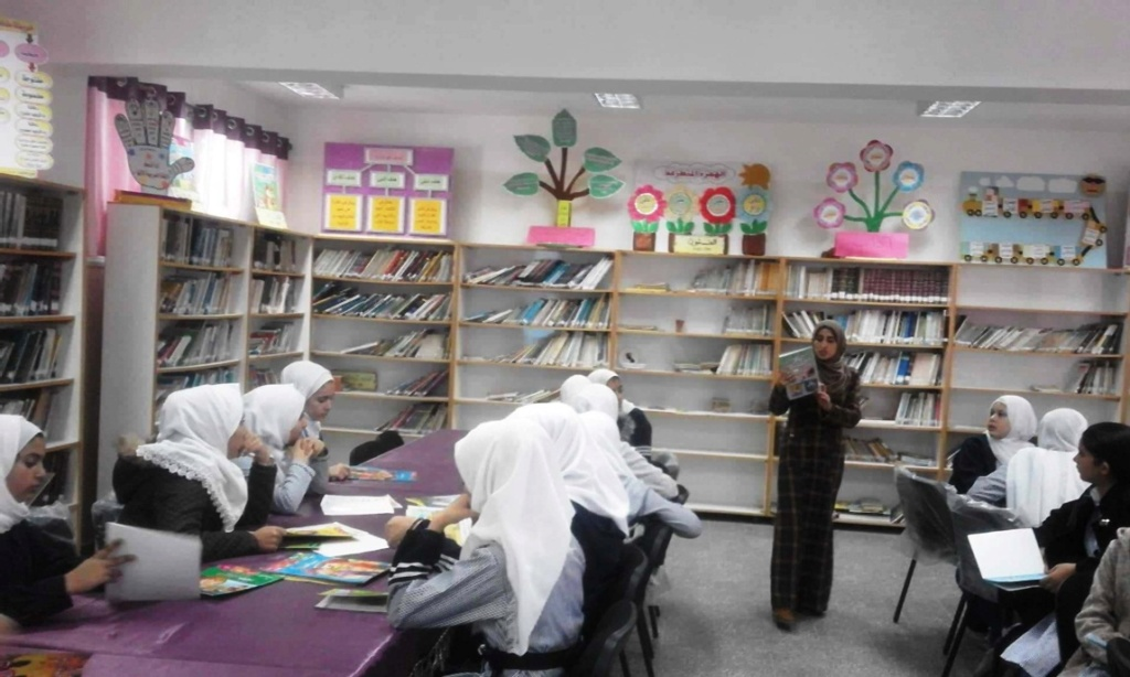 طاقم المكتبة العامة لبلدية خانيونس 46520610.jpg