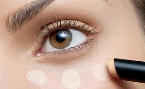 Como tapar totalmente as olheiras  Corret10