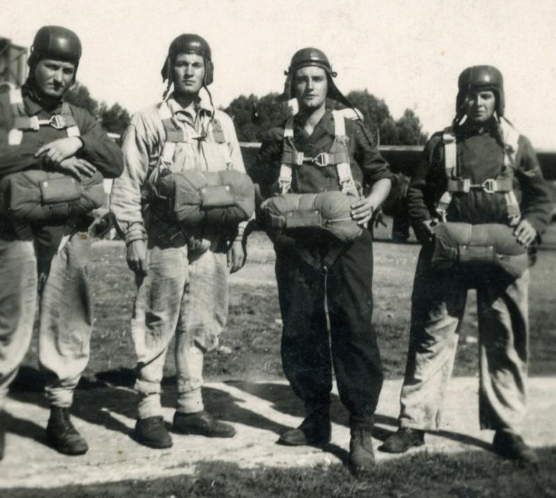 Nos paras du 1er RCP à FEZ avril-mai 1943 devant un bon vieux POTEZ Fez_ma10