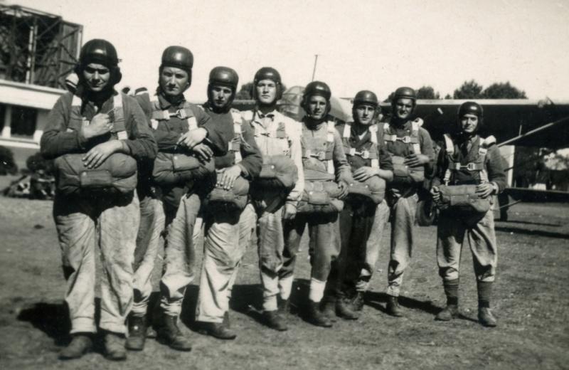 Nos paras du 1er RCP à FEZ avril-mai 1943 devant un bon vieux POTEZ Fez_ma11