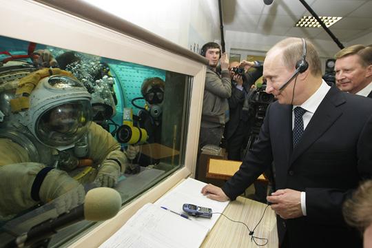 Poutine visite le centre de formation des cosmonautes Q10