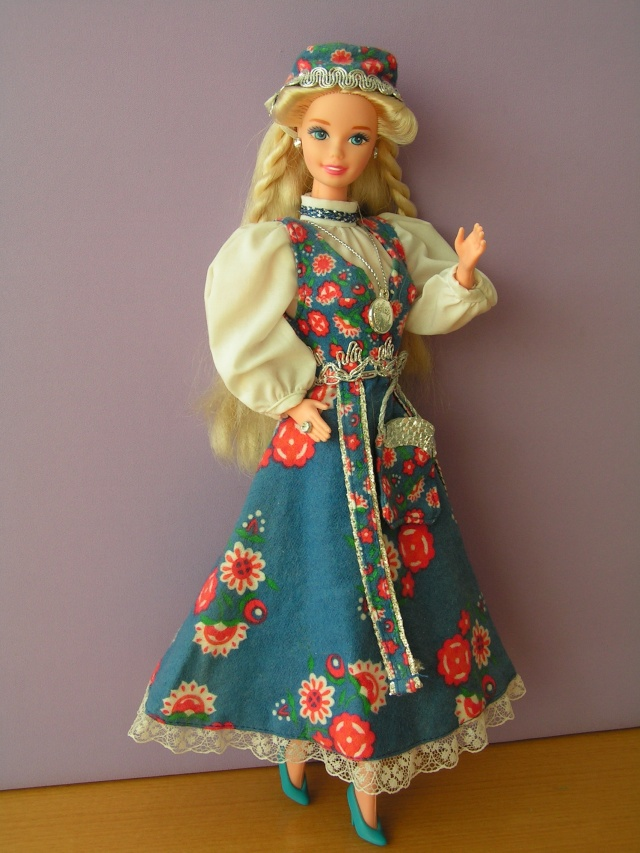 DOLLS OF THE WORLD Pict4410