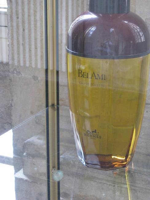exposition de flacons de parfums Rimg_142