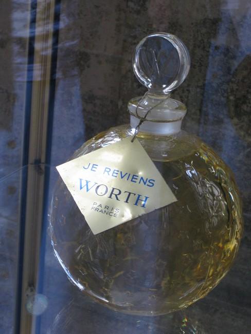 exposition de flacons de parfums Rimg_143