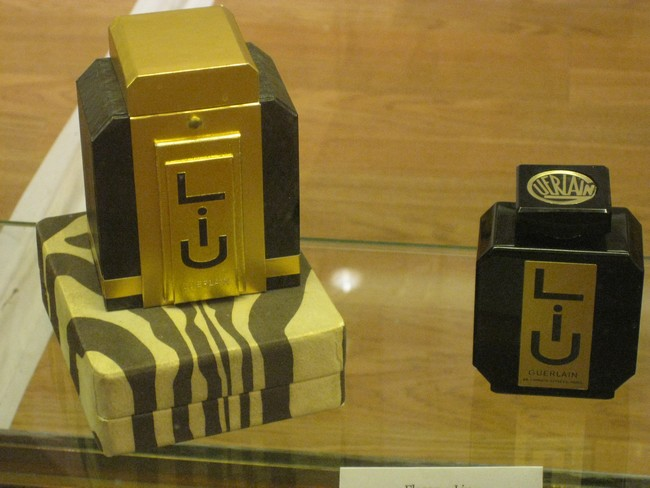 exposition de flacons de parfums Rimg_144