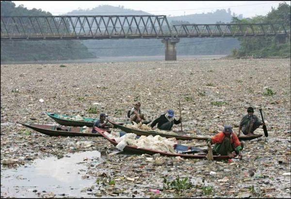 Le fleuve Citarum (Indonésie), le plus pollué du monde Sea-of10
