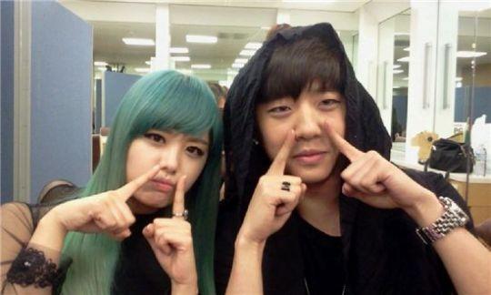 Ji Eun partage une photo avec le rappeur Bang Yong Guk 20110329