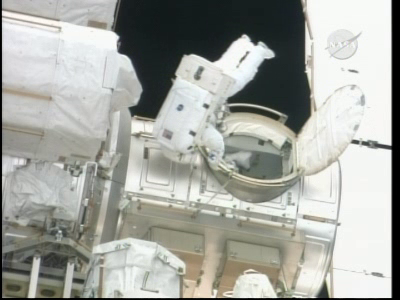 [STS-132] Atlantis : EVA 1, Reisman et Bowen. Vlcsn224