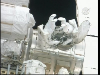 [STS-132] Atlantis : EVA 1, Reisman et Bowen. Vlcsn225
