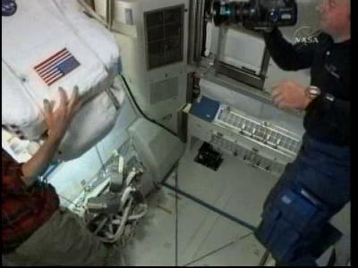 [STS-132] Atlantis : EVA 2, Steve Bowen et Mike Good. Vlcsn228