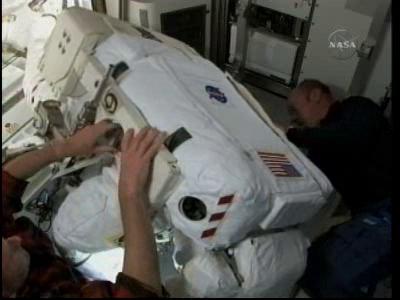 [STS-132] Atlantis : EVA 2, Steve Bowen et Mike Good. - Page 2 Vlcsn235