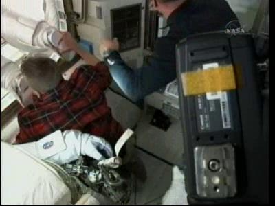 [STS-132] Atlantis : EVA 2, Steve Bowen et Mike Good. - Page 2 Vlcsn240