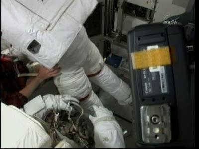 [STS-132] Atlantis : EVA 2, Steve Bowen et Mike Good. - Page 2 Vlcsn243