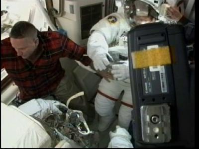 [STS-132] Atlantis : EVA 2, Steve Bowen et Mike Good. - Page 2 Vlcsn245