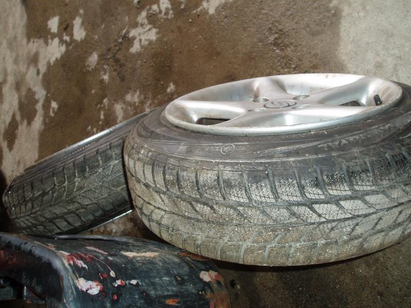 Vends nombreuses roues complètes avec pneus route, neige et cloutés spécial F16 Pb150015