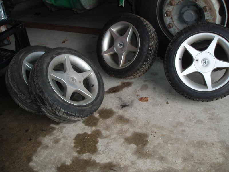 Vends nombreuses roues complètes avec pneus route, neige et cloutés spécial F16 Pb150016