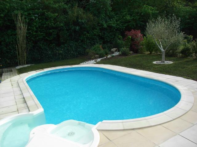 Evolution du jardin quelques années après la construction de la piscine R0013612