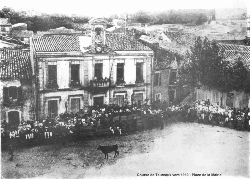 vieille photo de milhaud encierro devant la mairie 4_cour16